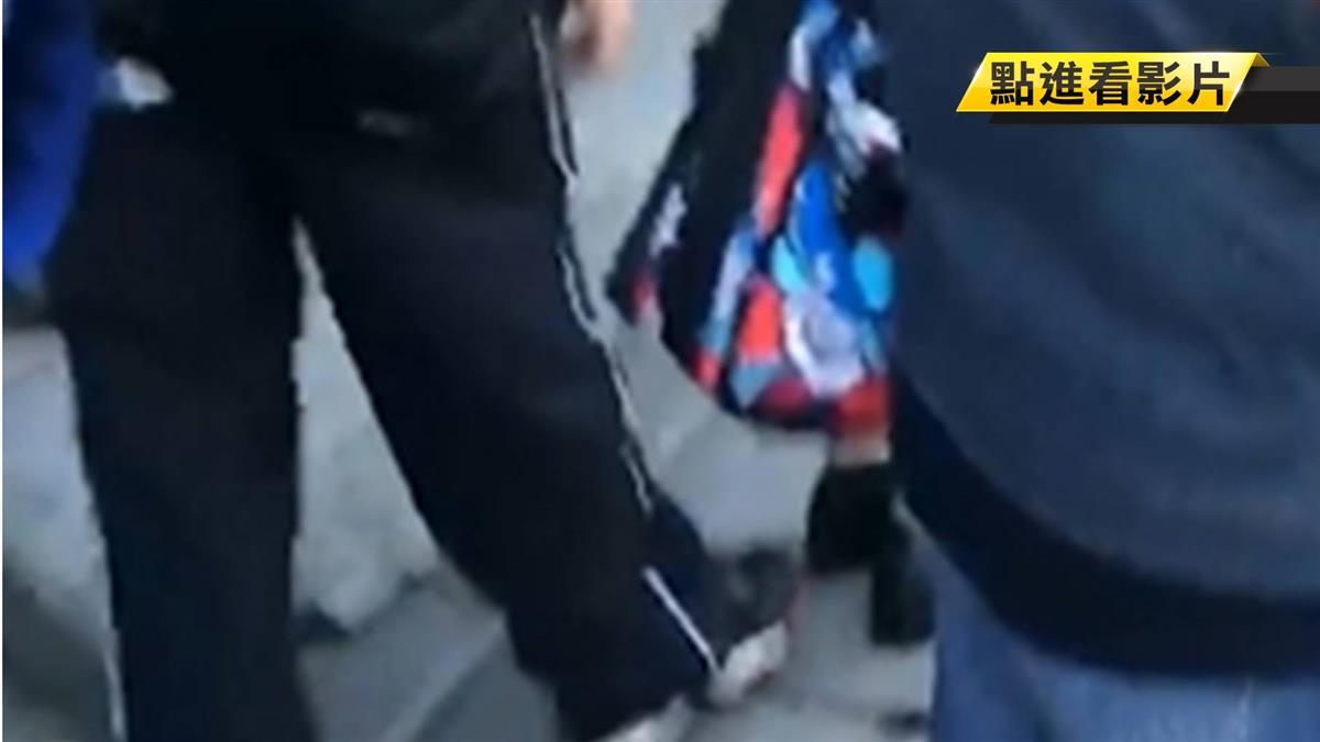 太恐怖!男舉止怪異疑針孔裝鞋上 偷拍女子裙底