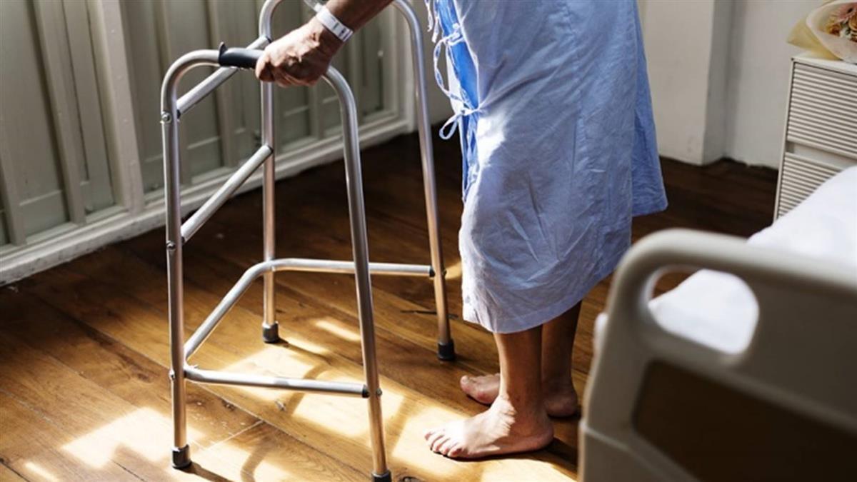 結婚14年…他中風癱瘓住院 妻顧2天「勾病友小王私奔」