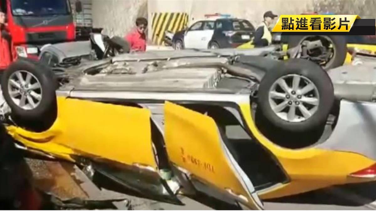 疑爆胎失控 計程車翻覆2人擦挫傷送醫