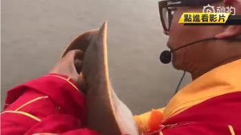 法師戳噴水孔「保齡球式」放生魟魚 狂念阿彌陀佛!
