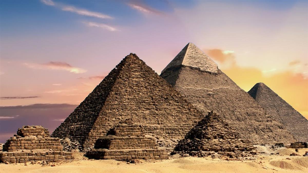 情侶爬上金字塔「全裸交疊」!埃及當局氣炸要徹查