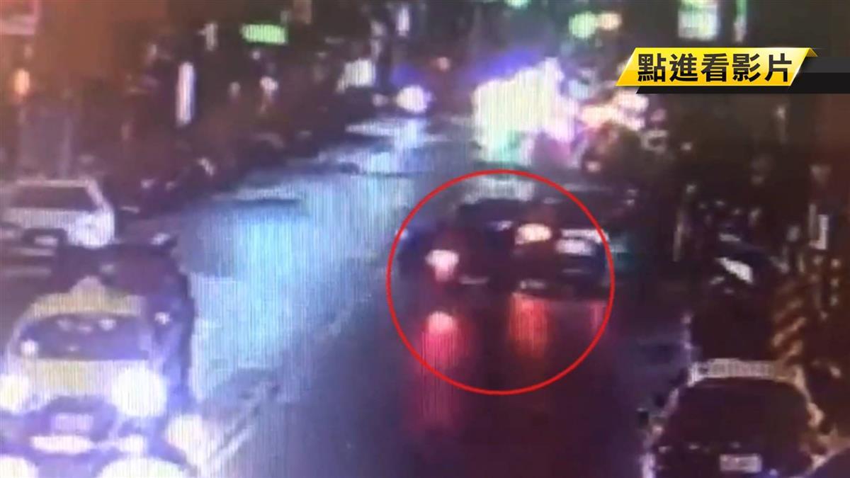 騎士撞上迴轉轎車卡車底 熱心民眾抬車救人