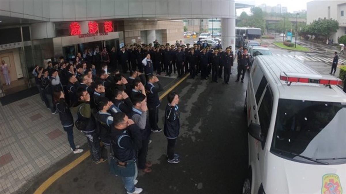 「任務解除請好走」警冒雨採證返隊身亡 80警列隊哀送