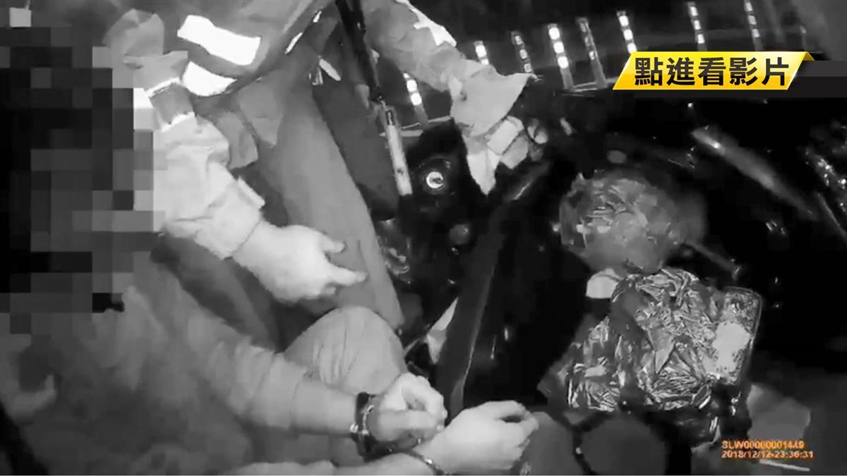 假配合真衝撞…男加速撞3警 驚見嫌車內有上膛手槍