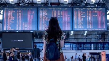 旅客質疑登機遭刁難  暴怒拉扯推打地勤人員