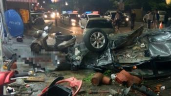 驚悚影片!轎車失控…甩尾衝撞翻覆 釀2死2傷