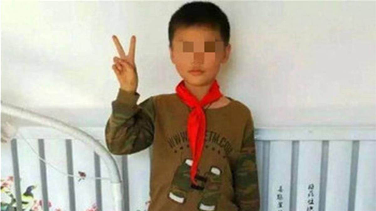 悚!10歲男童消失 38天後遺體埋墳墓旁「手露地面」
