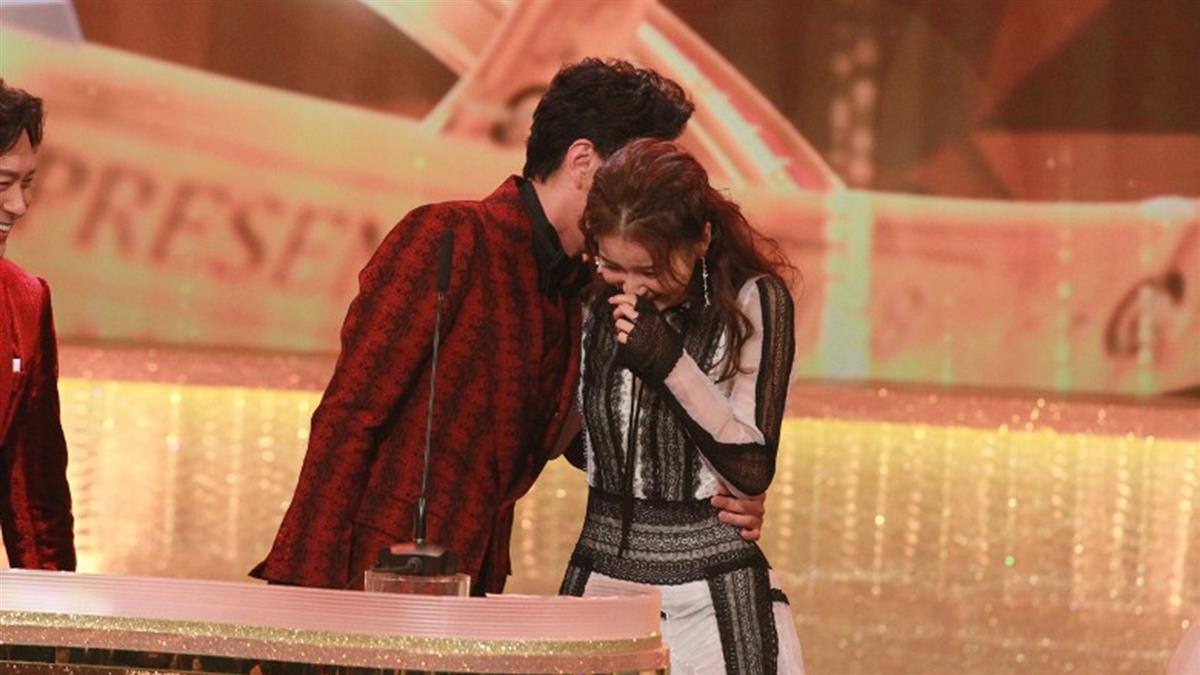 男演員領獎 突熱吻女主持人「謝謝我太太!」曝已婚