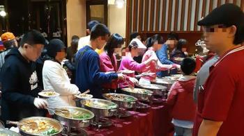 社區辦聖誕餐會!鄰居扛大鍋子裝 食物10分鐘被掃光