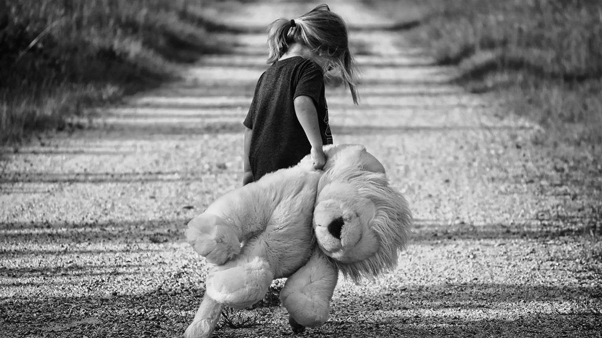 單親女被問「爸爸是誰」 媽一開口…女童大笑:她馬麻死掉了