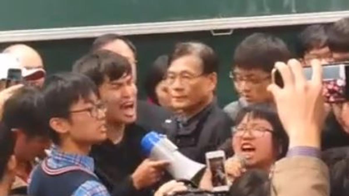 不滿學運被暴力驅逐…江宜樺台大演講 遭百學生包圍