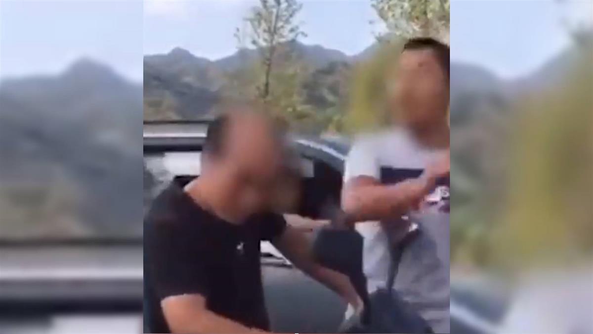 不爽國中被踹頭!男20年後攔截老師 當街狂賞巴掌報復