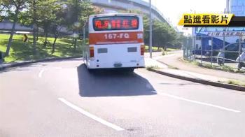 驚魂記!41歲OL搭公車遭甩飛 疑安全門沒關緊