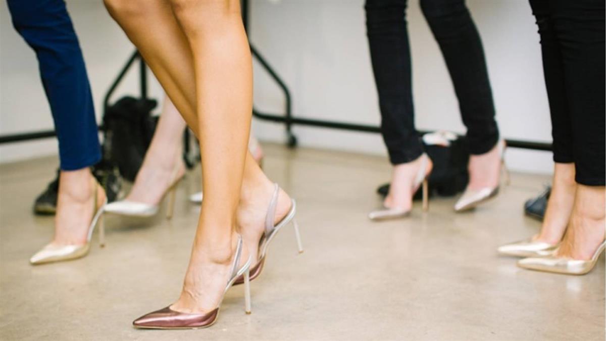 女愛穿高跟鞋 腳趾成「乾屍」發臭!醫不打麻藥剪掉
