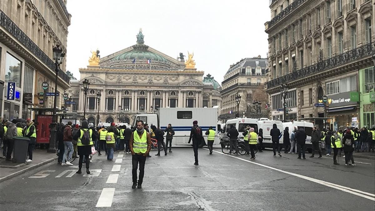法黃背心運動持續!抗議者在邊界公路阻礙交通