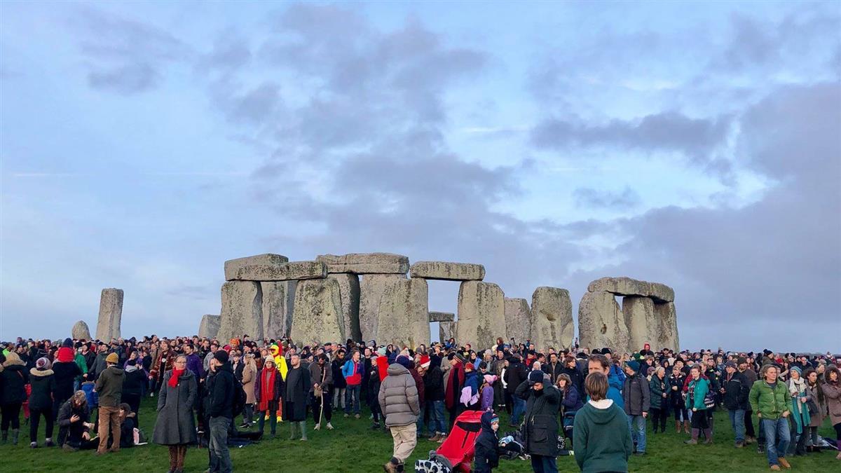 英格蘭巨石陣冬至日出奇觀 吸引大批人潮目睹