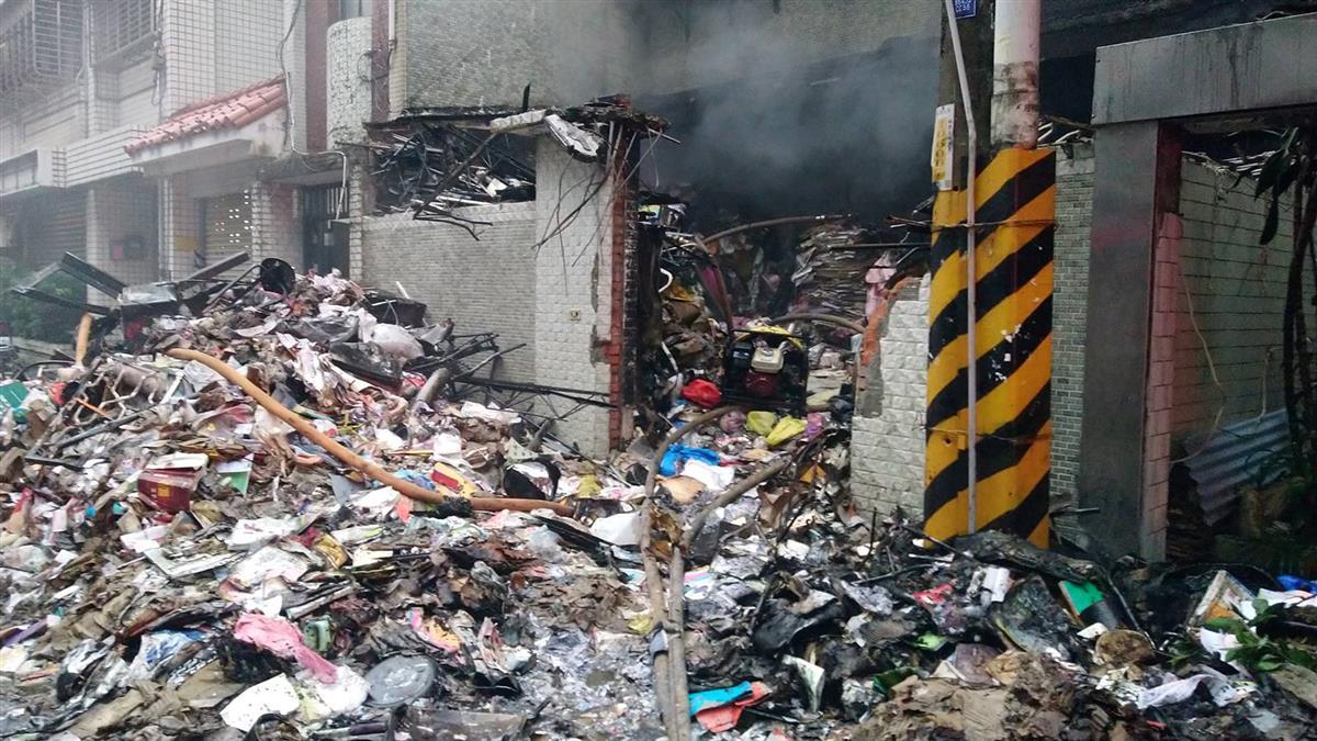 如海嘯過境!失火屋雜物清出堆滿街…嚇壞永和人