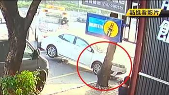 拖吊車出包…自小客從輔助輪滑落慘摔 車頭遭殃