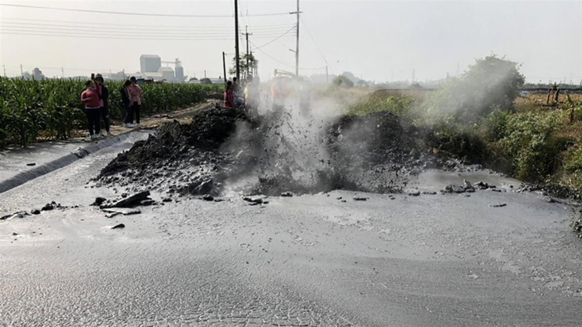 屏東萬丹泥火山噴發!衝破道路…泥漿流入玉米田