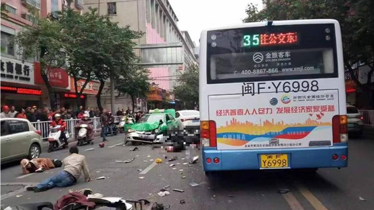 福建公車遭劫持街上衝撞  8死22傷