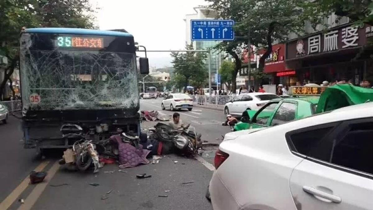 割喉警員再劫公車…男開車大街撞死8人 手拿2把滴血刀