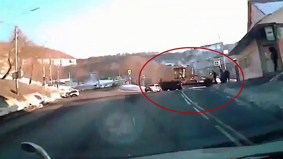 驚悚!鏟雪車失控衝車站 43歲女身體瞬間被「切成兩半」