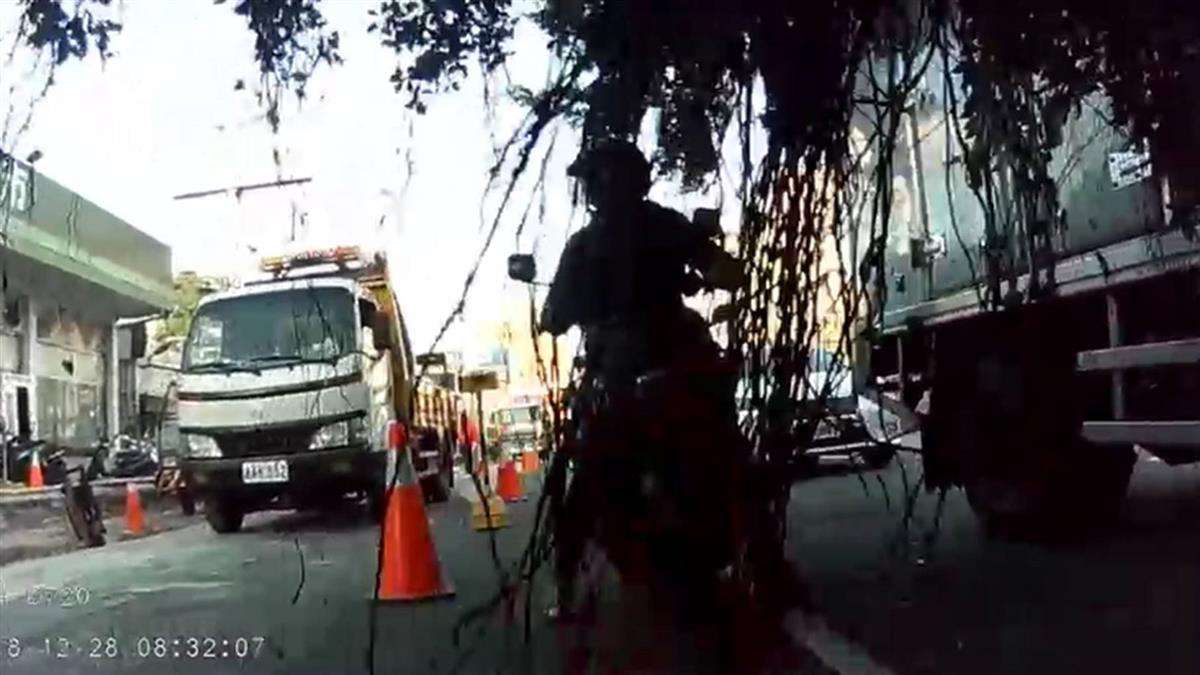 快訊/台中水溝施工挖斷路樹 波及多車2人受傷