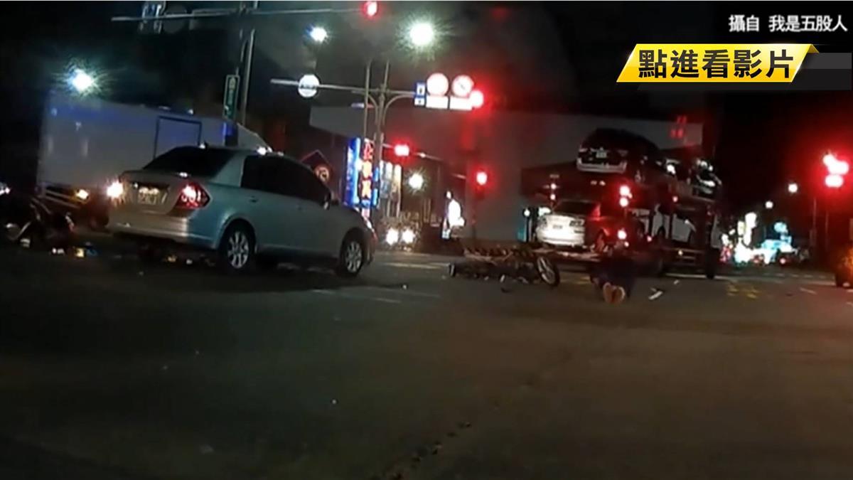 疑講手機忘看紅燈…轎車直直撞 騎士被擊落