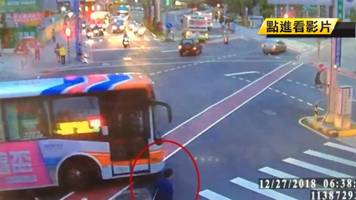 視線死角!男子跟著前面行人闖紅燈 遭公車擦撞捲車底