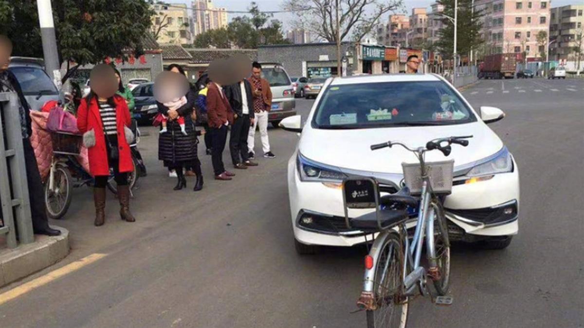 零P圖!對撞腳踏車「車頭爛」 網冏:轎車尊嚴呢?