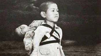 長崎原爆後…男童挺直站立 背「熟睡嬰」!真相惹淚崩