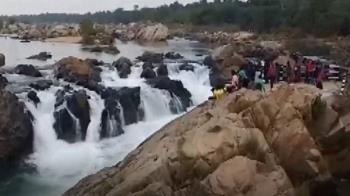 印尼男學生自拍跌落河水 眾人眼睜睜看著他被沖走