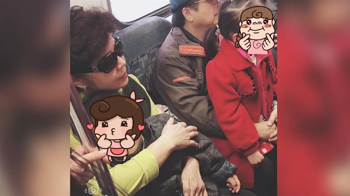 連假搭火車狂被擠!陌生爺奶「暖抱救援」:孩子秒熟睡