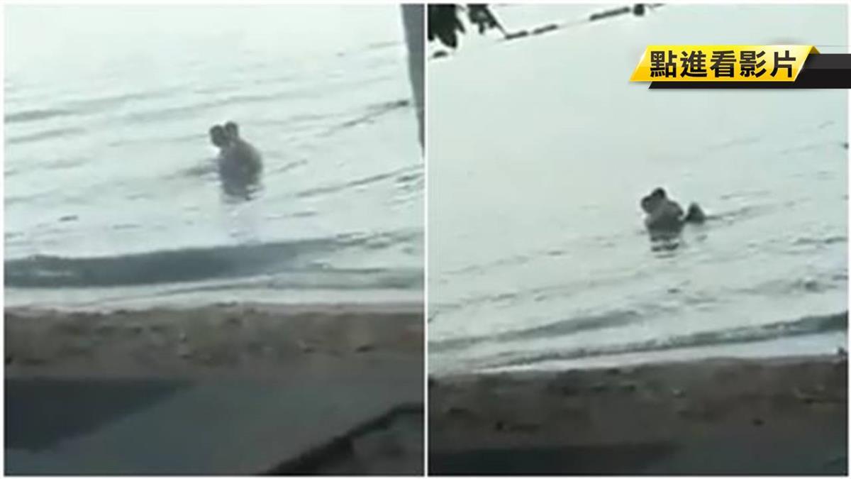 跨年前最後一砲!沙灘「狗爬式海戰」 網:水怪是真的