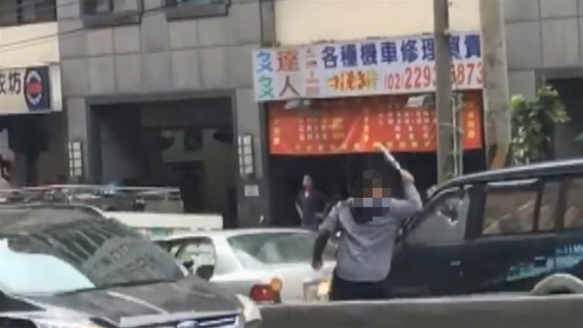 不滿超車遭鳴喇叭…木工父子暴怒 竟持棍棒砸車