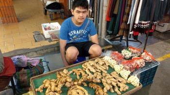 市場小巨人!13歲孫賣菜養家 暖拒補助:有阿公三餐就夠了