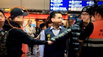 驚人身分曝光! 孫安佐機場擊掌「不明人士」起底