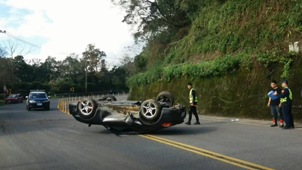 保時捷北宜自撞「180度翻車」…疑過彎不慎、後輪磨平