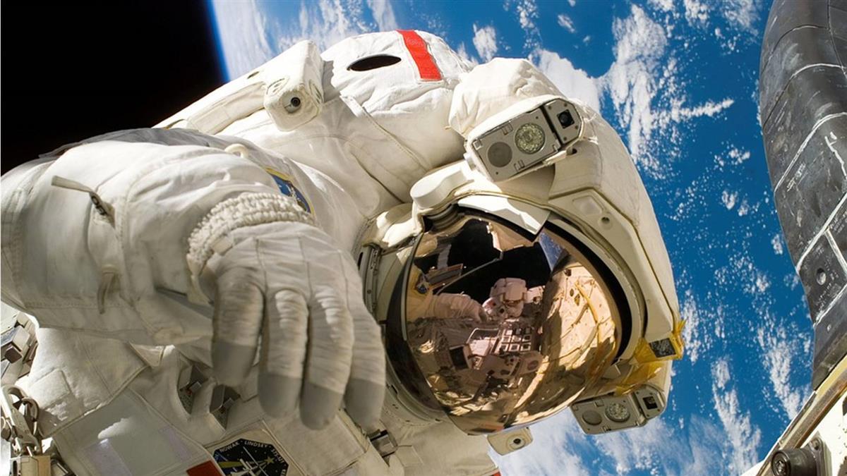 宇宙英雄!5具「遺體」漂浮在太空 他的骨灰葬在月球