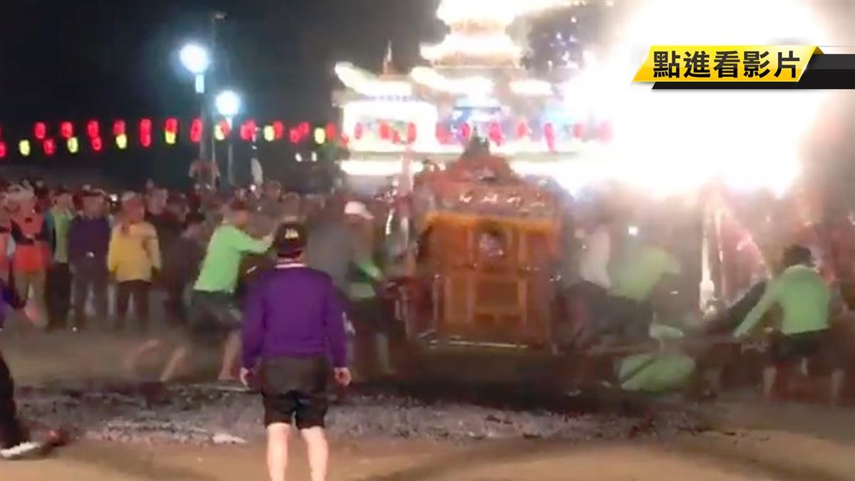 台南北極殿建醮…24信眾撲摔高溫炭火!驚悚畫面曝光
