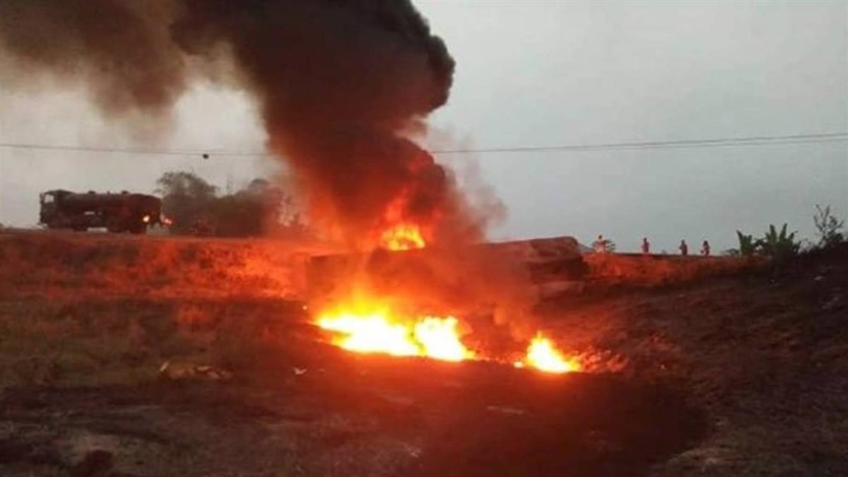 油罐車翻覆!60人貪撈「免費油」 一個爆炸燒成灰