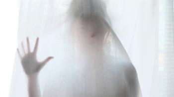 男女留字條「別看窗簾後面」…飯店清潔員一掀秒軟腳