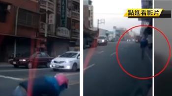 騎士闖紅燈撞車 下一秒…助跑閃人