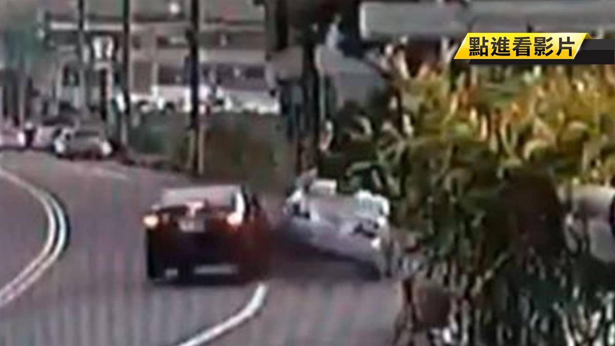 轎車狠撞路邊車「空翻」三圈 巨響嚇壞居民