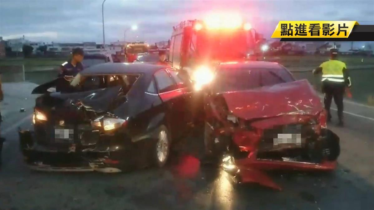 砰!兩車迎面撞 車頭全毀…駕駛一度困車內
