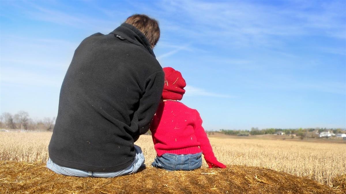 8年前跟人跑!前妻突探望…女兒一番話讓單親爸哭了
