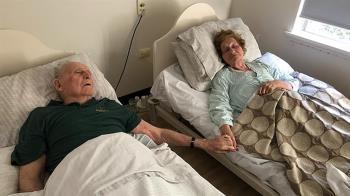 淚崩!老夫妻相守70年 病房內手牽手一起離世