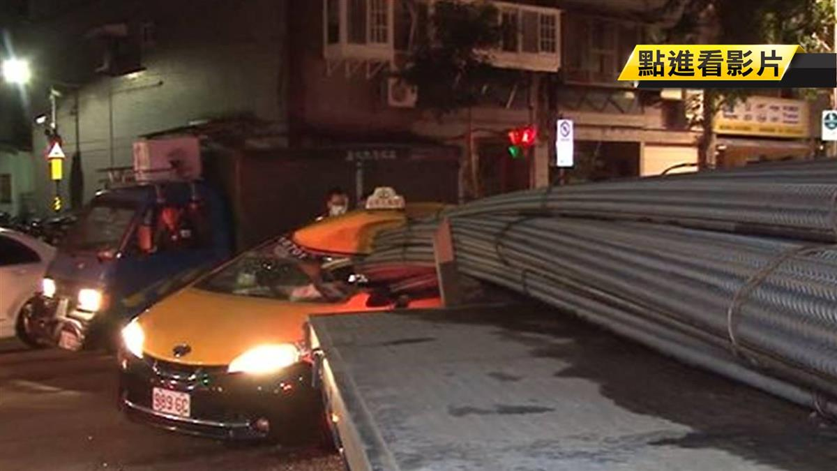 差幾公分喪命!拖板車載19公尺鋼條迴轉插小黃