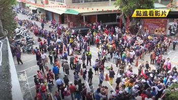 韓國瑜紅包夯!上百人搶從廟前排到巷尾