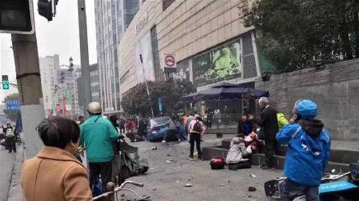 台旅行團上海遇重大車禍!步行時遭撞 1死9傷